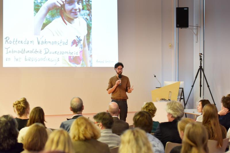 Aetzel Griffioen van Vakmanstad Rotterdam geeft een lezing tijdens het symposium Transitie